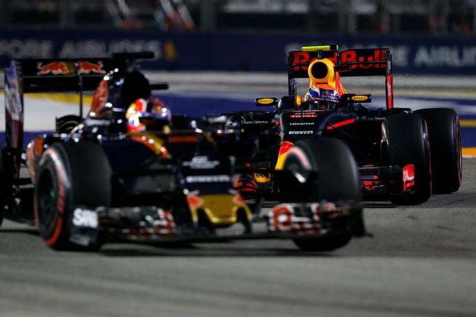 Daniil Kvyat e Max Verstappen duelam no GP de Cingapura (Foto: Formula 1)