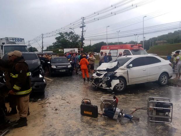 Acidente ocorreu próximo ao Hospital Delphina Aziz (Foto: Divulgação/Corpor de Bombeiros)
