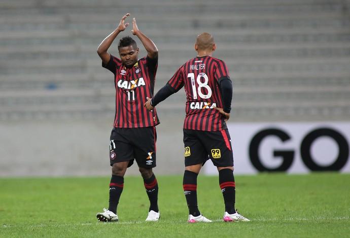 Nikão - gol Atlético-PR x Joinville (Foto:  GIULIANO GOMES - Agência Estado)
