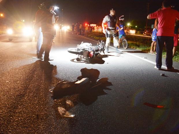 Motocicleta bateu na traseira de um carro no momento em que a PRF o controle do tráfego após o atropelamento em João Pessoa (Foto: Walter Paparazzo/G1)