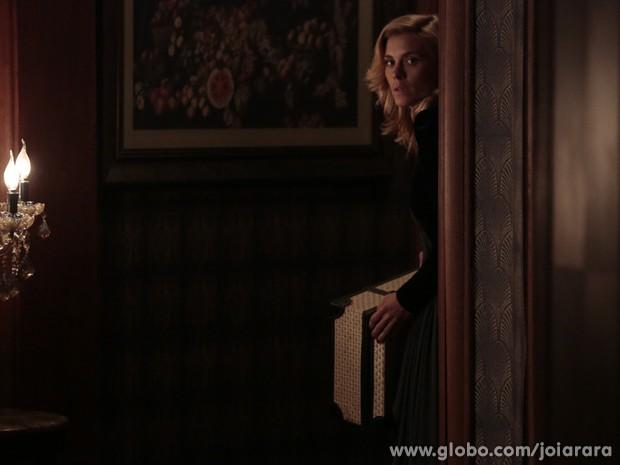 Agora é a hora! Iolanda se prepara para fugir da Mansão Hauser (Foto: Fábio Rocha / Tv Globo)