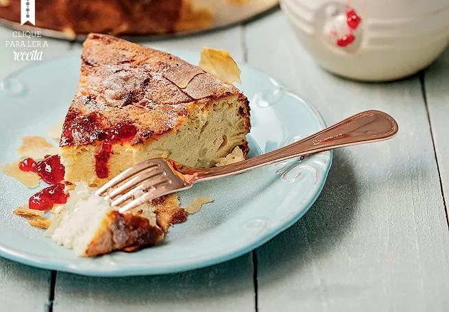 Torta de ricota e framboesa: a sugestão de Marina Hernandez pode ser decorada com mirtilos frescos (Foto: Elisa Correa/ Editora Globo)