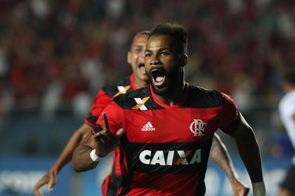 Fernandinho comemora o terceiro gol rubro-negro contra o Figueirense, o da classificação (Foto: Gilvan de Souza/Flamengo)