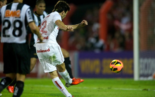 Scocco contra o Atlético-MG no Vale (Foto: Alexandre Lops/Divulgação, Inter)