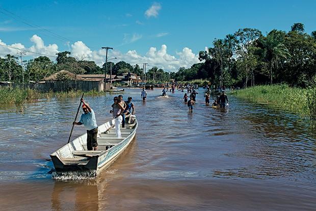 RUA DE RIO As chuvas inundaram parte de Jacareacanga, no Pará. A cidade, com população indígena, é cercada pelas aldeias mundurucus (Foto: Filipe Redondo/ÉPOCA)