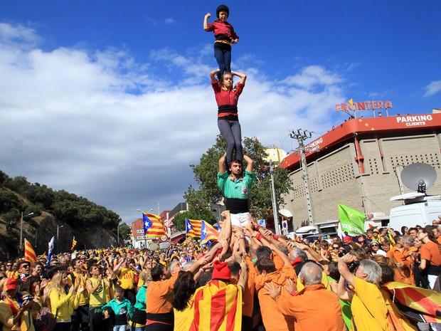 Em Le Perthus, na divisa da França com a Espanha, grupo forma uma pirâmide humana durante uma manifestação no dia da Catalunha. (Foto:  Raymond Roig/AFP)