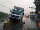 Caminhão baú sobe em gelos baianos da Av. Norte, no Recife