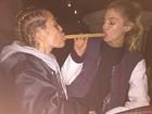 Miley Cyrus e namorada recriam cena de 'A dama e o vagabundo'