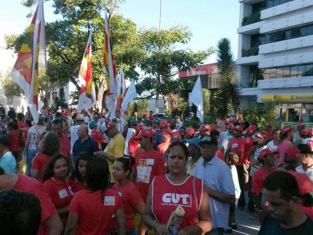 Aracaju (SE): Central Única dos Trabalhadores (CUT) juntamente com outras entidades participam de protesto  (Foto: Flávio Antunes/G1)