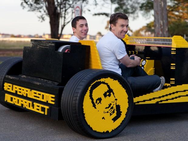 Criadores mostram o carro feito de Lego (Foto: Divulgação)
