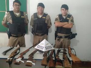 Armas também foram apreendidas durante ação (Foto: Divulgação / PM)