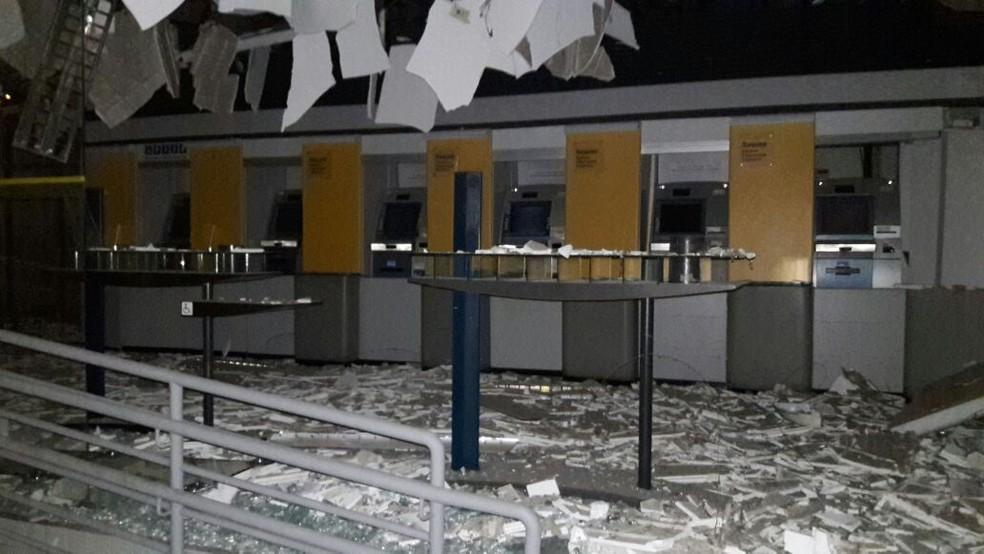 Bandidos tentaram explodir caixas eletrônicos, mas polícia não confirma que eles conseguiram roubar dinheiro (Foto: Divulgação / PM)