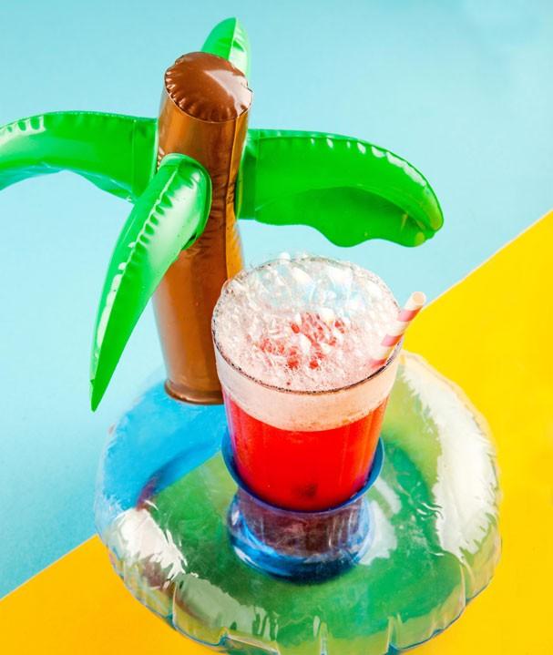 Drink de melancia, framboesa e vodca é opção refrescante no calor