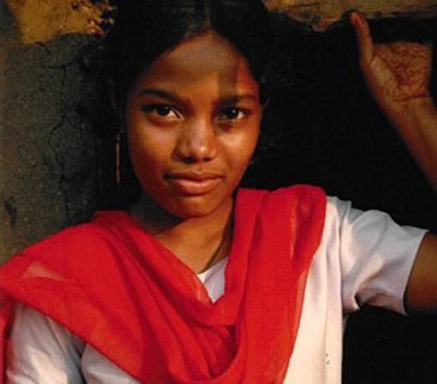 """Aos 11 anos, Rekha Kalindi foi espancada pela mãe ao recusar casamento (Foto: Reprodução livro """"Strength To Say No"""")"""