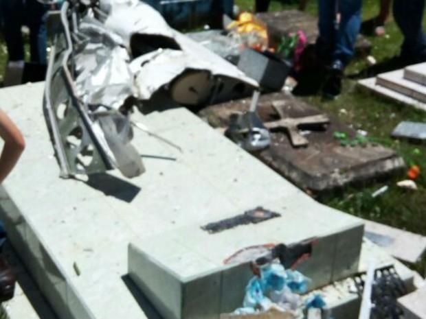 Avião cai em cemitério de Cruz Machado (Foto: Elio Stelmach/Arquivo pessoal)
