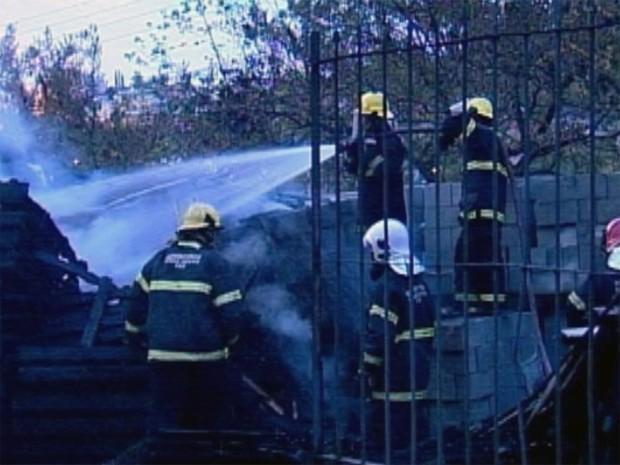 Pelo menos 13 bombeiros trabalharam no combate às chamas (Foto: Reprodução/TV Integração)
