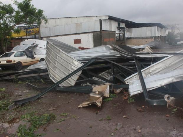 Telhado caiu perto de carros estacionados em rua de Marechal Cândido Rondon (Foto: Divulgação/Prefeitura de Marechal Cândido Rondon)