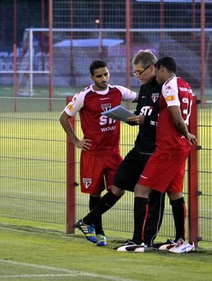 Paulo Autuori conversa com laterais Douglas e Reinaldo (Foto: Site Oficial / saopaulofc.net)
