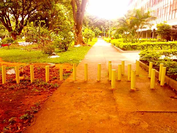 Caminho de pedestres com pinos de concreto impedindo a passagem (Foto: Leandro Gonçalves/VC no G1)