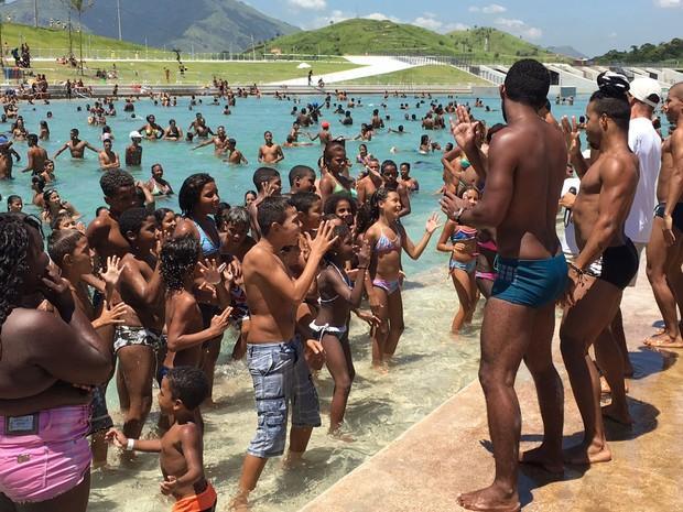 Crianças dançam e se divertem com equipe  (Foto: Fernanda Rouvenat / G1)