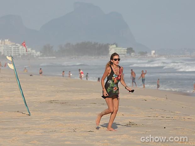 Sofia desconfia da confusão e corre para ver Ben (Foto: Carol Caminha / TV Globo)
