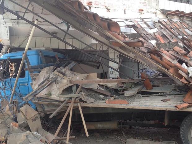 Parte da casa ficou destruída (Foto: Rafael Teles/G1)