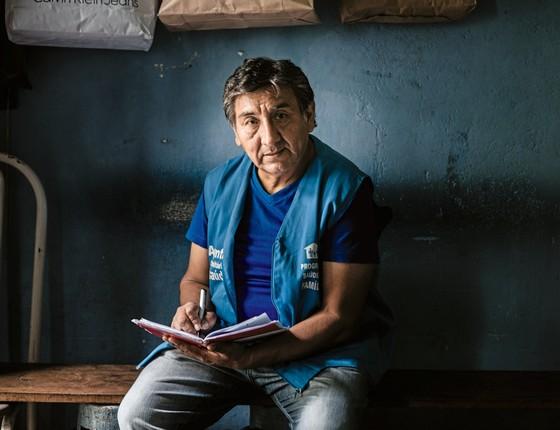 Jorge Gutierrez é agente comunitário há 12 anos.Radialista,fala sobre saúde nas radios da comunidade boliviana (Foto:  Gui Christ/ÉPOCA)