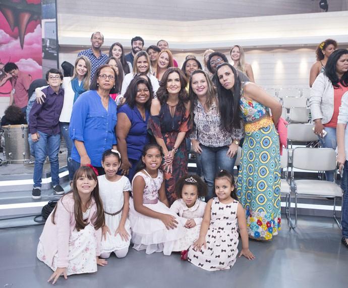 Fátima tira foto com a plateia depois do programa  (Foto: Fábio Rocha/Gshow)
