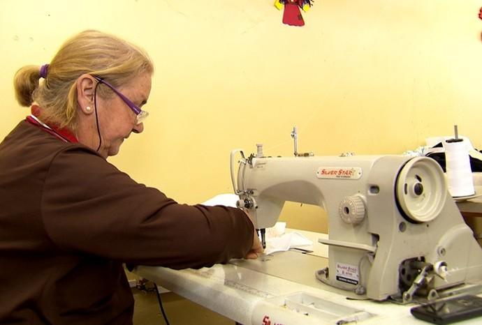 Dona Neide faz as roupas da banda marcial da cidade (Foto: Reprodução / TV TEM)