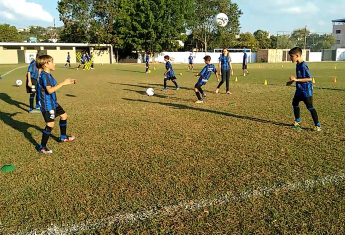 Primavera azul e preta  escola em MG ensina futebol no padrão Inter de Milão 8ad54c8e4a0a7
