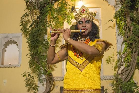 Durante uma apresentação teatral no Castelo de Ghanerao sobre a história de Mirabai, o ator Aviekal Kakkar representa a estátua de Krishna  (Foto: © Haroldo Castro/ÉPOCA)