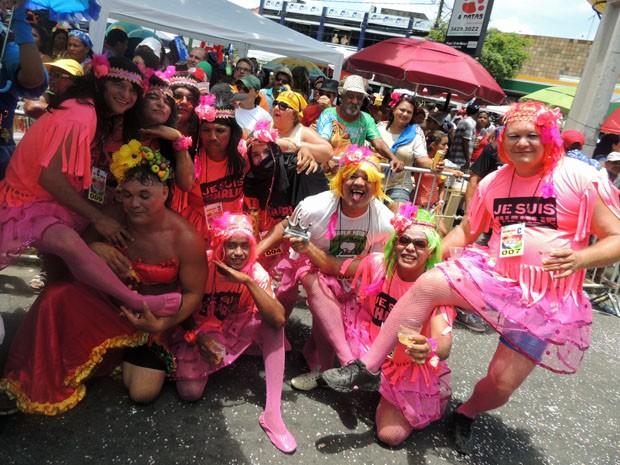 Um grupo de amigos vestiu perucas rosas, saias de bailarina e camisas com a frase 'Je Suis Charlie'.  (Foto: Katherine Coutinho / G1)