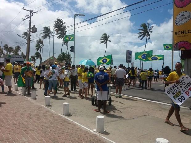 Manifestantes se reuniram na praia de Jatiúca, em Maceió (Foto: Suely Melo/G1)