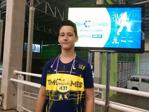 Gustavo Soares Giovanelli de Santana joga quase três horas por dia  (Foto: Ana Paula Yabiku/G1)