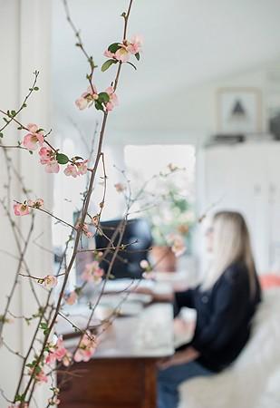 Victoria trabalha em seu home office (Foto: Divulgação/Cindy Loughridge)