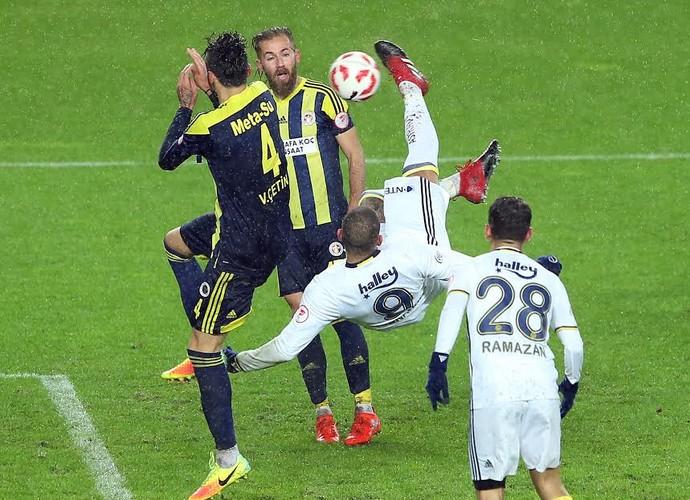 Fernandão, Fenerbahçe x Menemen Belediyespor (Foto: Twitter / @Fenerbahce)