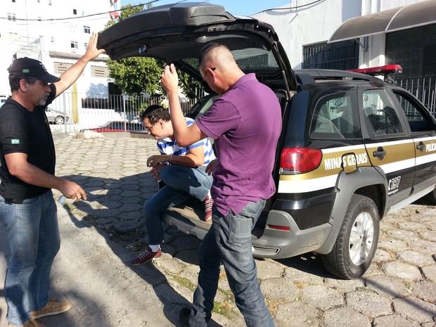 Pastor Arlem Silva Amaral chega à delegacia em Divinópolis (Foto: Ricardo Welbert/G1)
