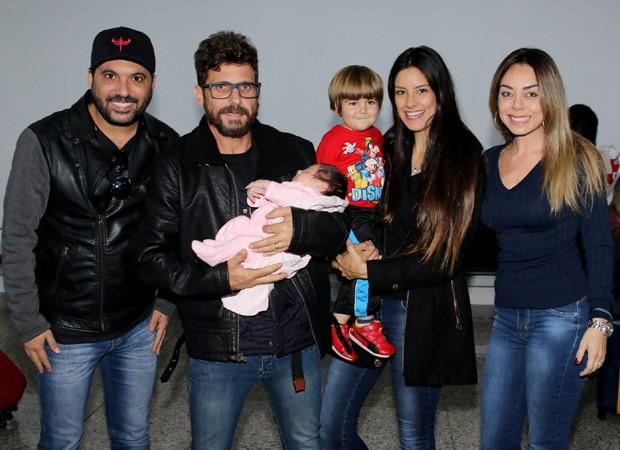 Hudson, Thayra Machado e os filhos foram recepcionados por Edson e Deia Cypri (Foto: Thiago Duran/AgNews)