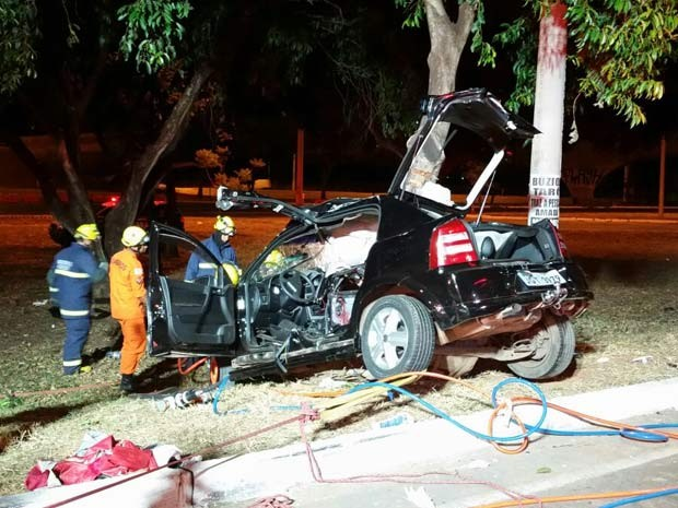 Carro que bateu em árvore, deixando motorista morto e três passageiros feridos no DF (Foto: Corpo de Bombeiros DF/Divulgação)