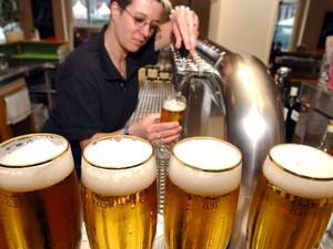 Bar em Berlim; cidade alemã foi considerada a mais divertida do mundo, e preço da cerveja foi levado em conta no ranking (Foto: JOCHEN ECKEL / DPA / DPA/AFP)