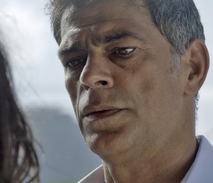 Orlando tenta convencer Nelita a ir com ele (Foto: TV Globo)