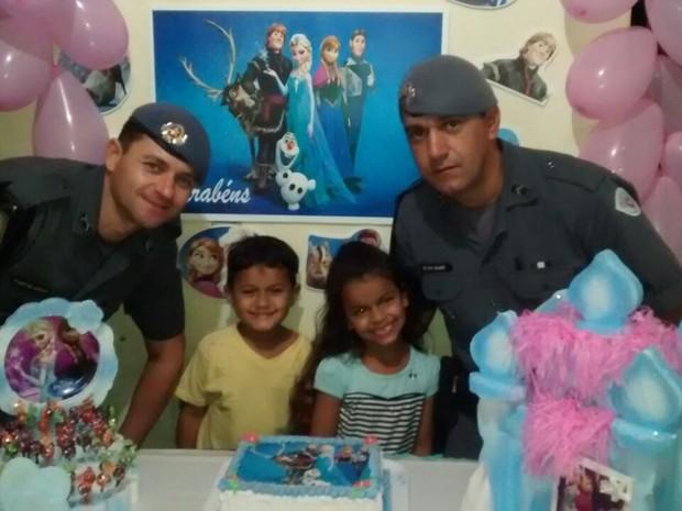 Policiais participaram da festa de aniversário da pequena Raphaela Coelho de Arruda (Foto: Divulgação/Polícia Militar)