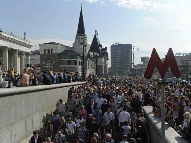 Usuários do metrô de Moscou buscam rotas alternativas após incêndio na estação que dá acesso à Praça Vermelha. (Foto: Alexander Sayganov / Reuters)