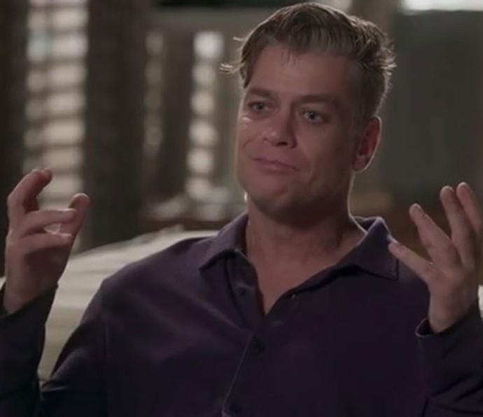 Arthur não se conforma com fotos de Eliza com Rafael (Foto: TV Globo)