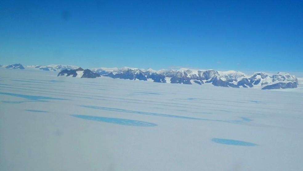 Sobre a superfície da plataforma gelada Larsen C, são observadas lagoas de água derretida (Foto: BAS)