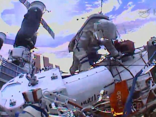 Imagem da TV Nasa mostra imagens da câmera no capacete do cosmonauta Sergey Ryazanskiy durante caminhada espacial nesta segunda-feira (27). Ele e Oleg Kotov instalaram câmeras do lado de fora da ISS. (Foto: Nasa TV/AFP)