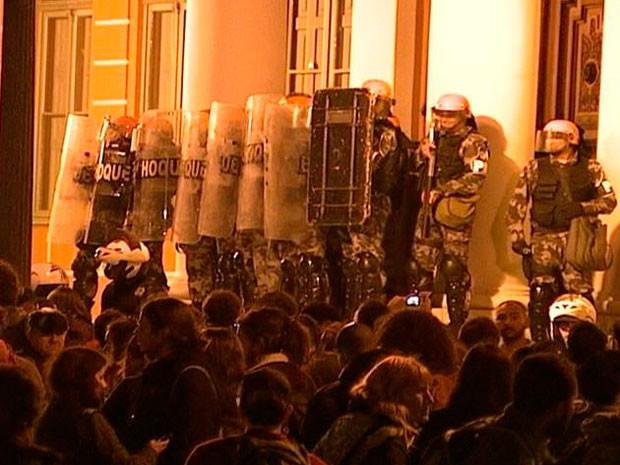 Protesto corte de árvores Porto Alegre (Foto: Reprodução/RBS TV)
