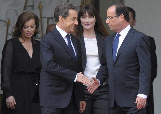 Nicolas Sarkozy e François Hollande, no Palácio do Eliseu, em Paris. Esse foi o último gesto de Sarkozy no poder. (Foto: Reuters)