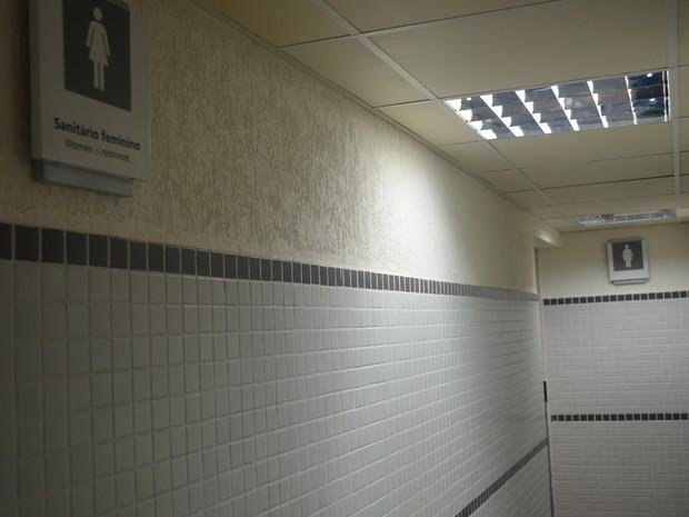 Policiais encontraram, no banheiro, um copo supostamente usado pelo suspeito (Foto: Marcelo Marques/ G1 RR)