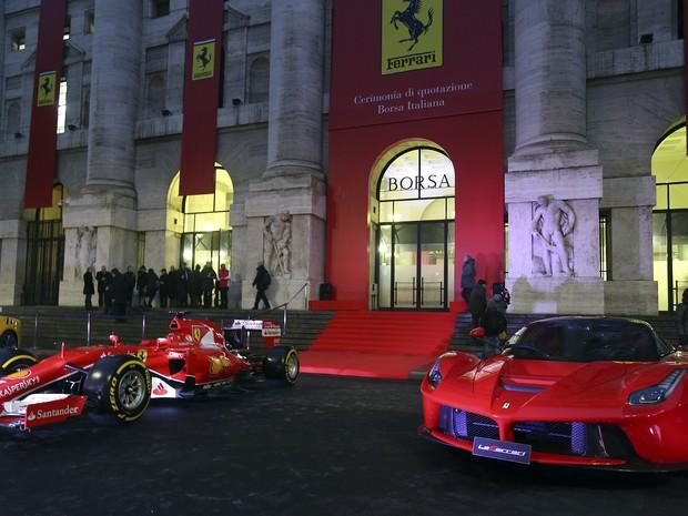 Modelos da Ferrari em frente a Bolsa de Milão (Foto: REUTERS/Stefano Rellandini)